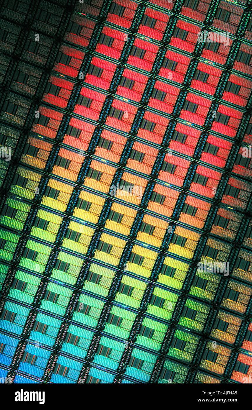 Oblea de silicio con grabados de circuitos de equipo luz Diffracting Imagen De Stock