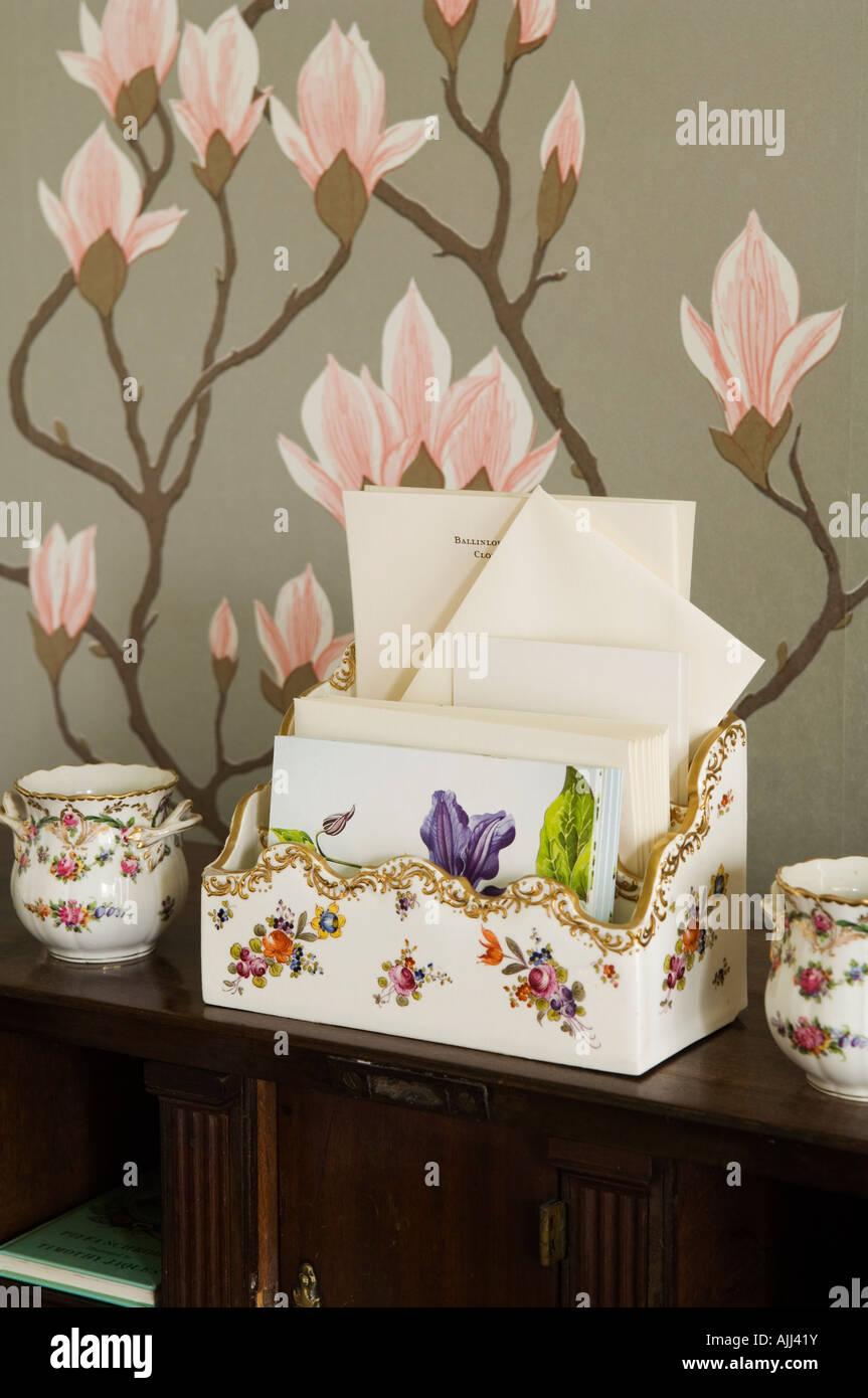 Carta Floral titular con la coincidencia de china ollas y papel de pared con motivos florales de diseñador Imagen De Stock