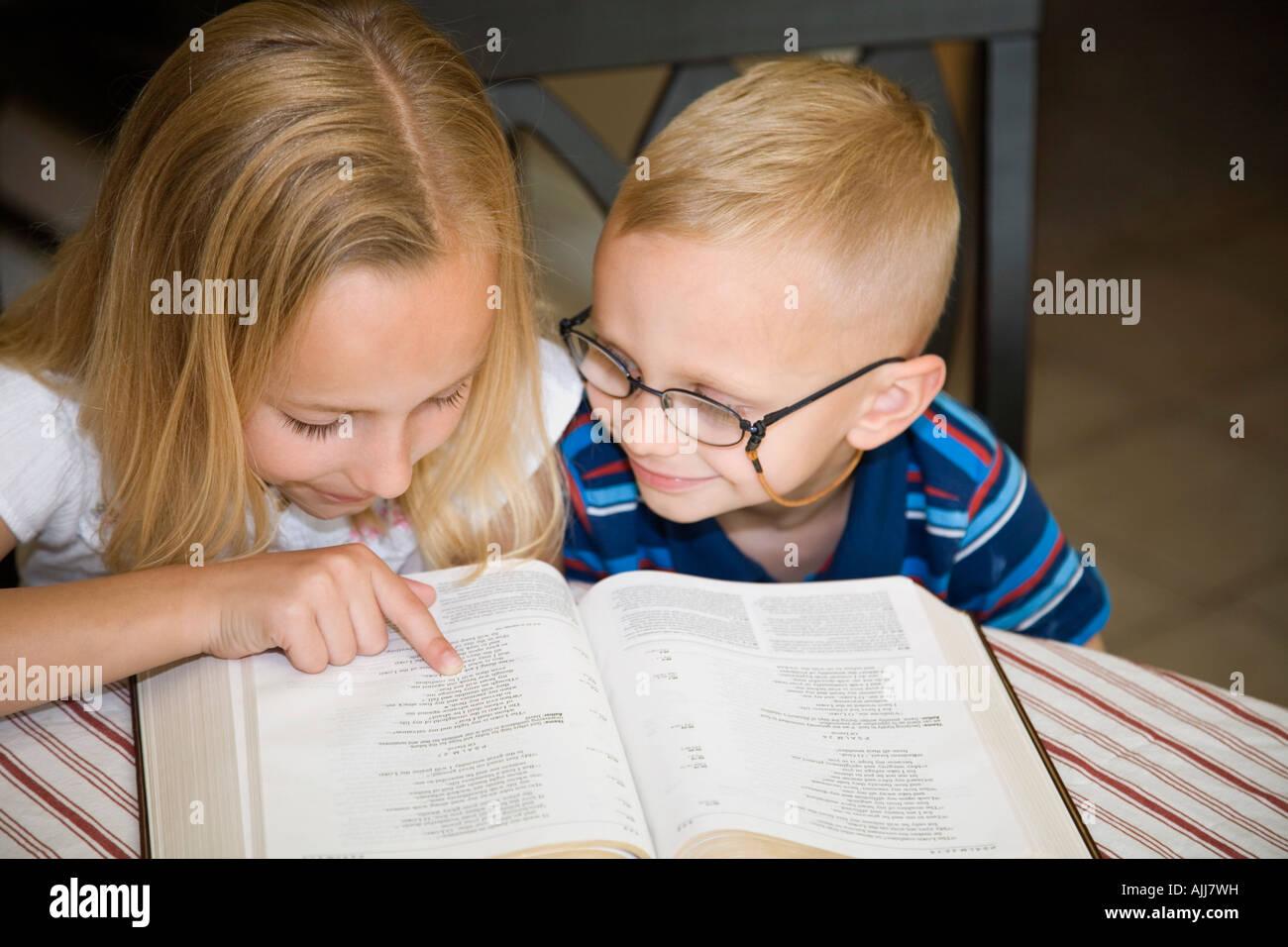 Niño Leyendo La Biblia Para Colorear: Niño Y Niña Leyendo La Biblia Juntos Foto & Imagen De