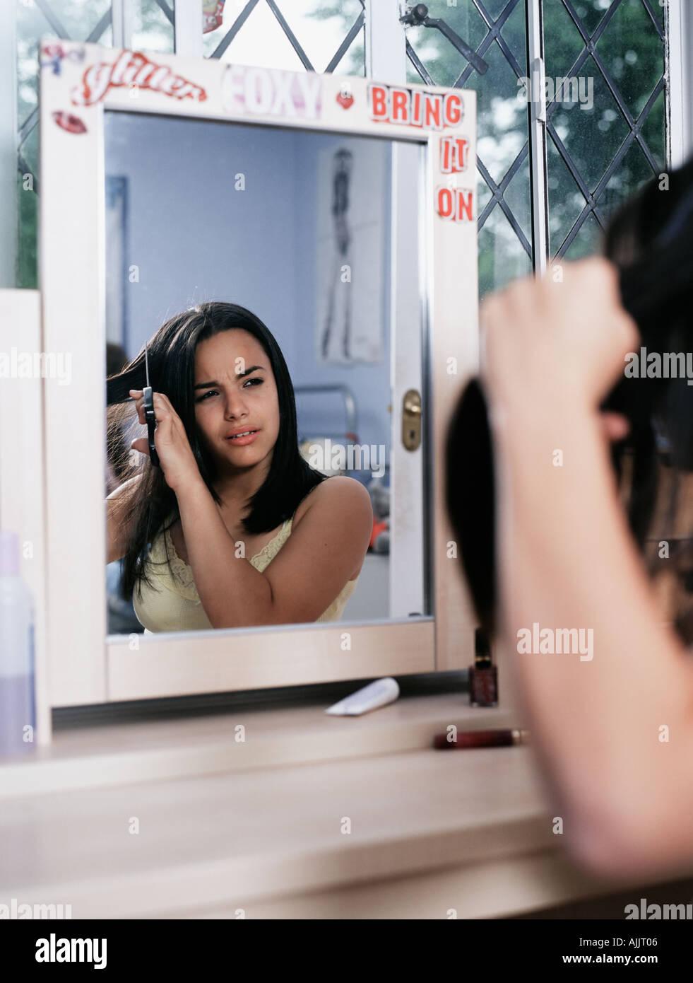 Chica cortar su propio cabello Imagen De Stock