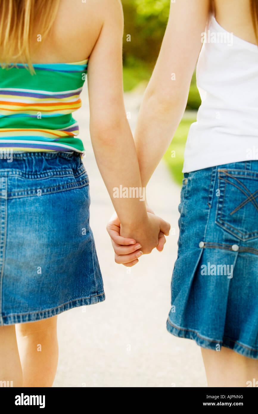 Vista trasera de las manos de las niñas Foto de stock