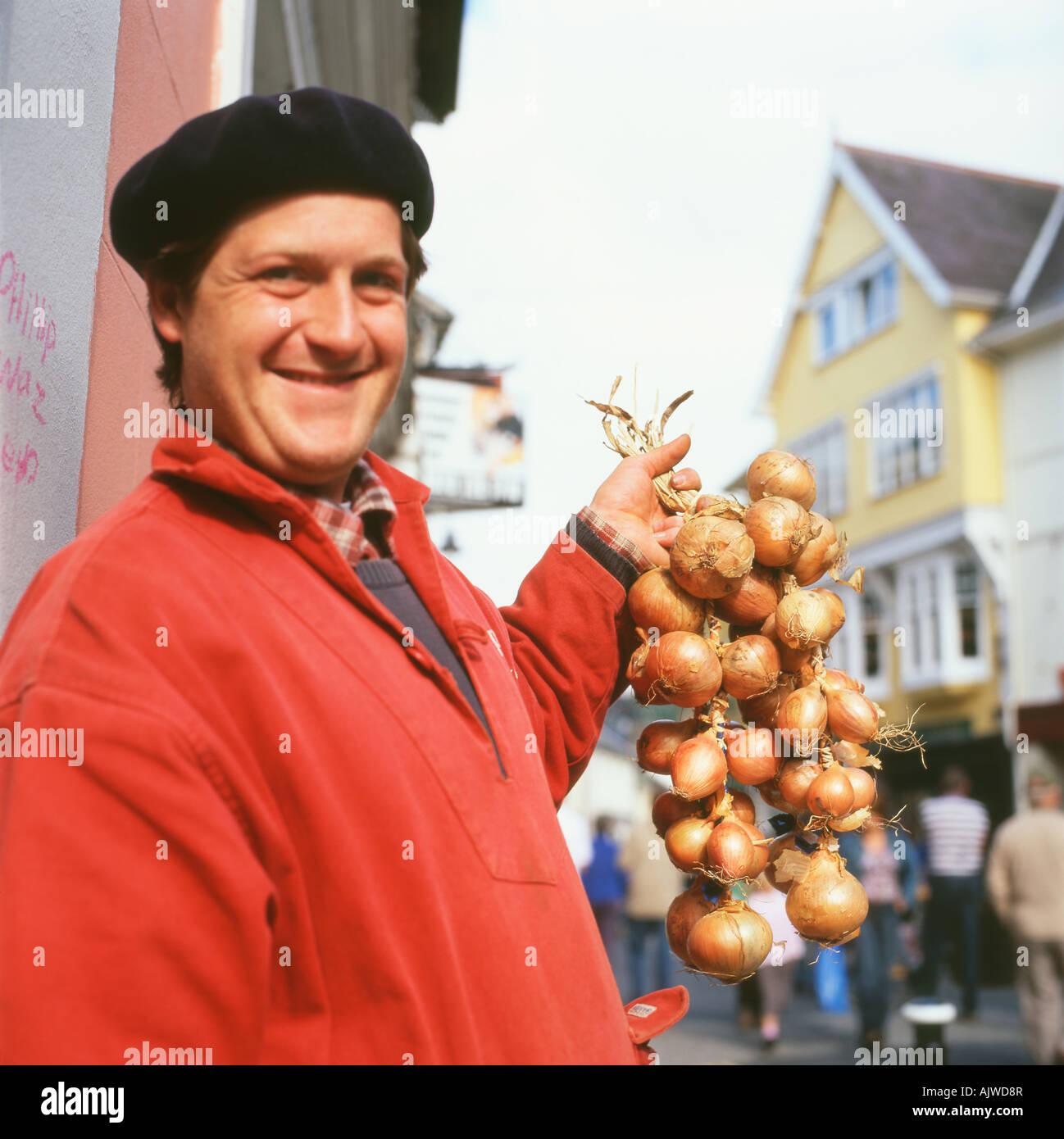 Vendedor de cebollas francesa llevaba una boina negra y roja de plies smock  su comercio vendiendo e71c1df6906