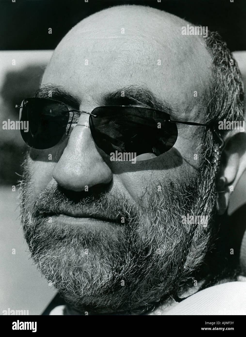 Retrato en blanco y negro de hombre barbado (40s) con gafas de sol. Imagen De Stock