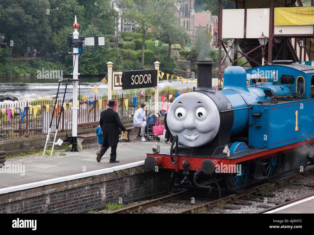 Thomas el tren de vapor del depósito motor de vapor en Llangollen Railway Station con Fat Controller en la plataforma Foto de stock