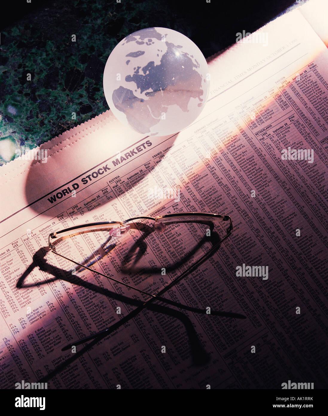 Still life concepto empresarial. Gafas y globo de cristal. Imagen De Stock