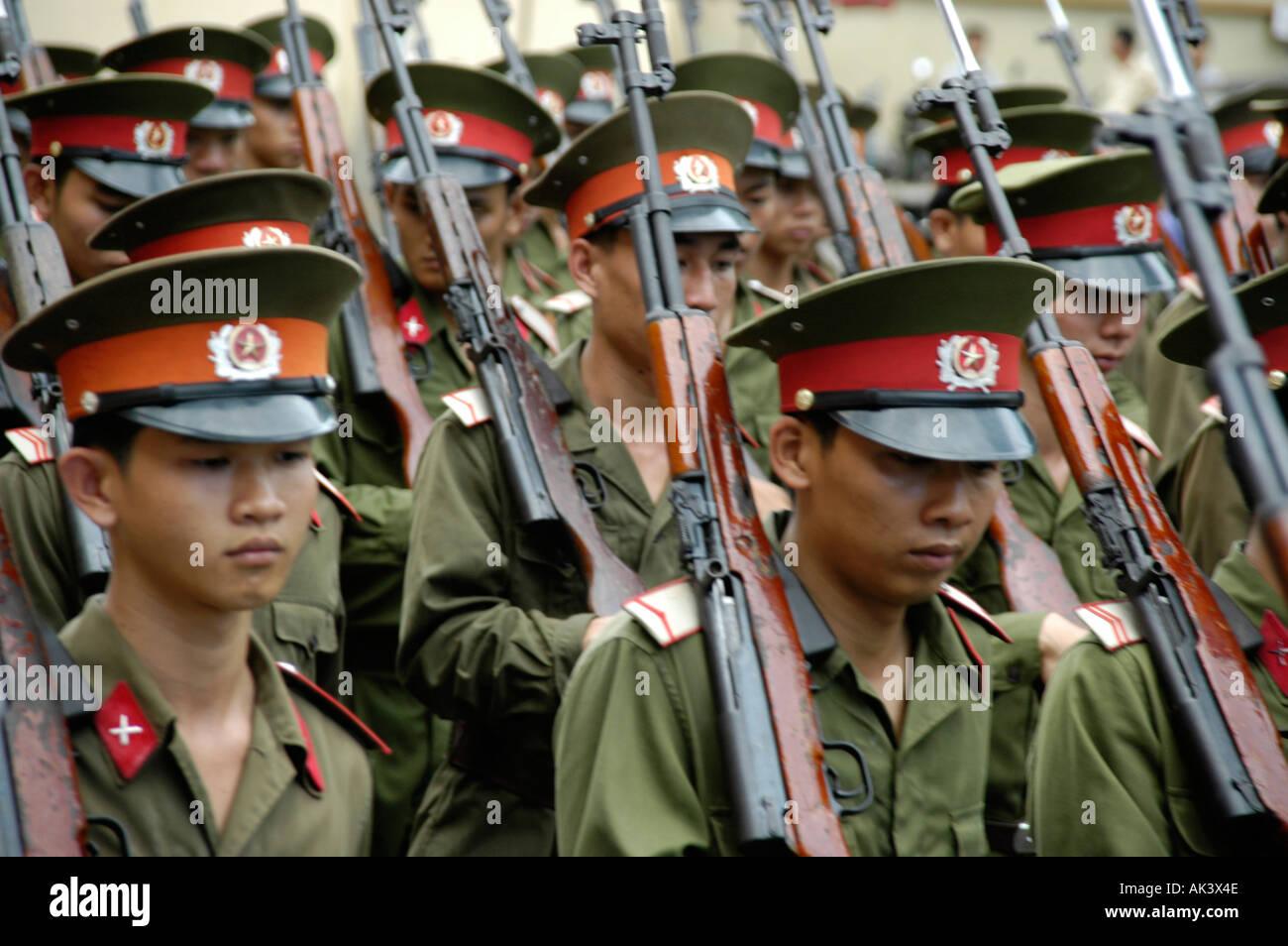 ¿Es peor dejar un recién nacido abandonado para que muera, que abortar? - Página 10 Soldados-del-ejercito-vietnamita-marchando-con-rifles-ho-chi-minh-saigon-vietnam-ak3x4e
