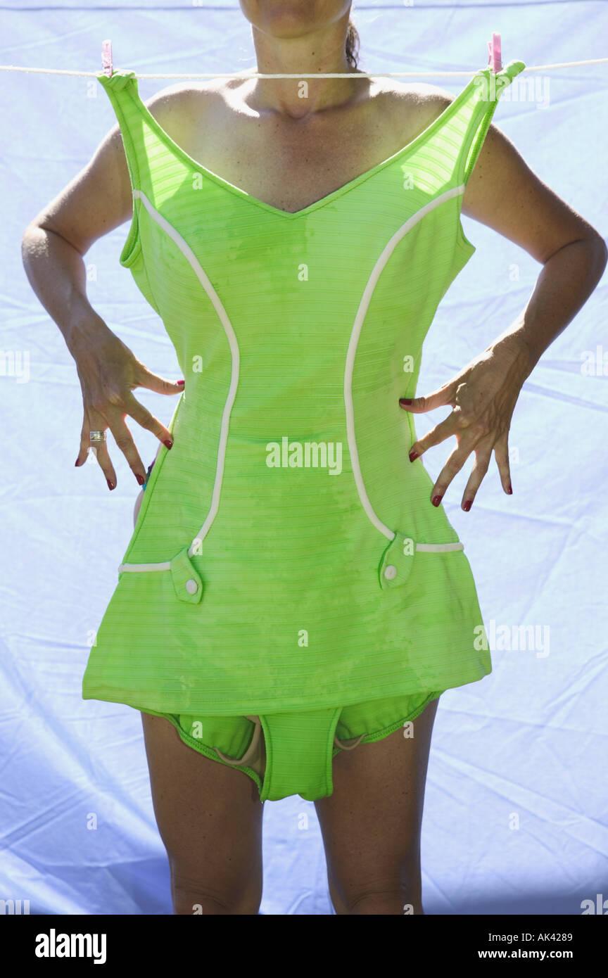 Mujer de pie detrás de vintage bañador en un tendedero Imagen De Stock