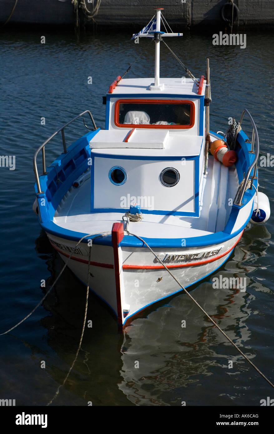 Pequeños barcos de pesca Vlychada Marina del Puerto de Santorini en Grecia Foto de stock