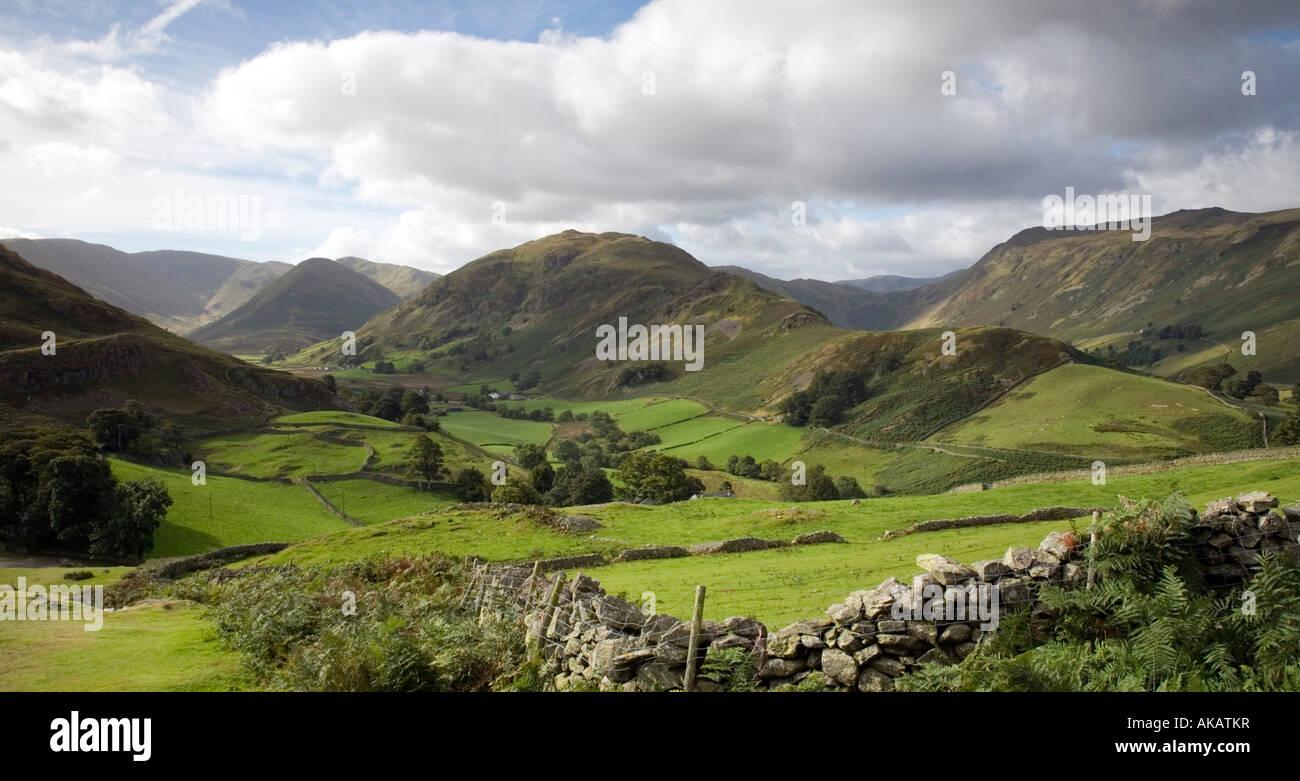 Vista desde Halin cayeron dos valles de Martindale y Boardale Fells distantes montañas Cumbria Lake District National Park Foto de stock