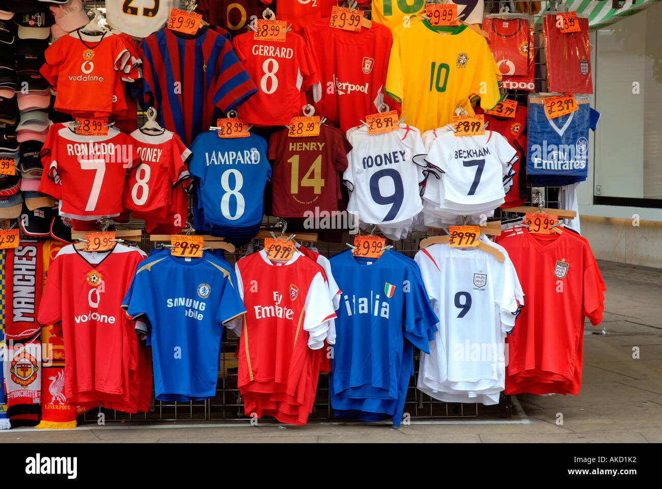 Puesto en el mercado con camisetas de fútbol en Oxford Street Londres Foto de stock