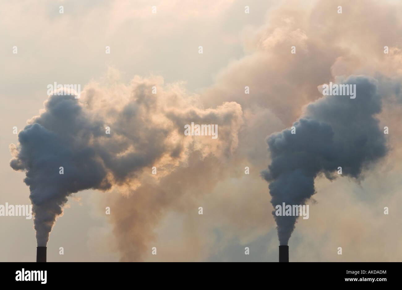 Chimeneas industriales contaminación de bombeo Foto de stock