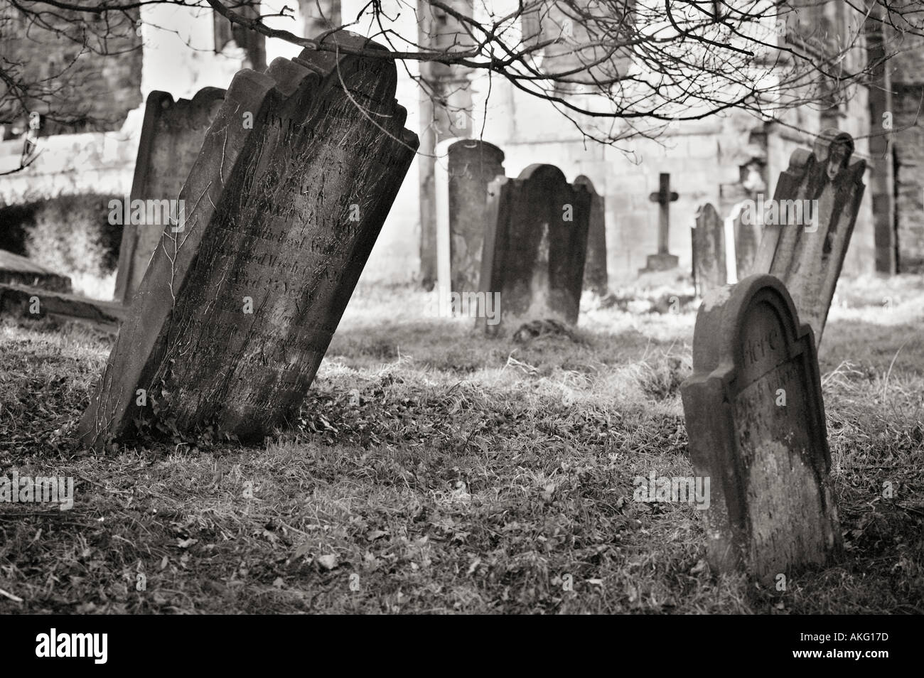 Fotografía en blanco y negro, el cementerio con lápidas UK Imagen De Stock
