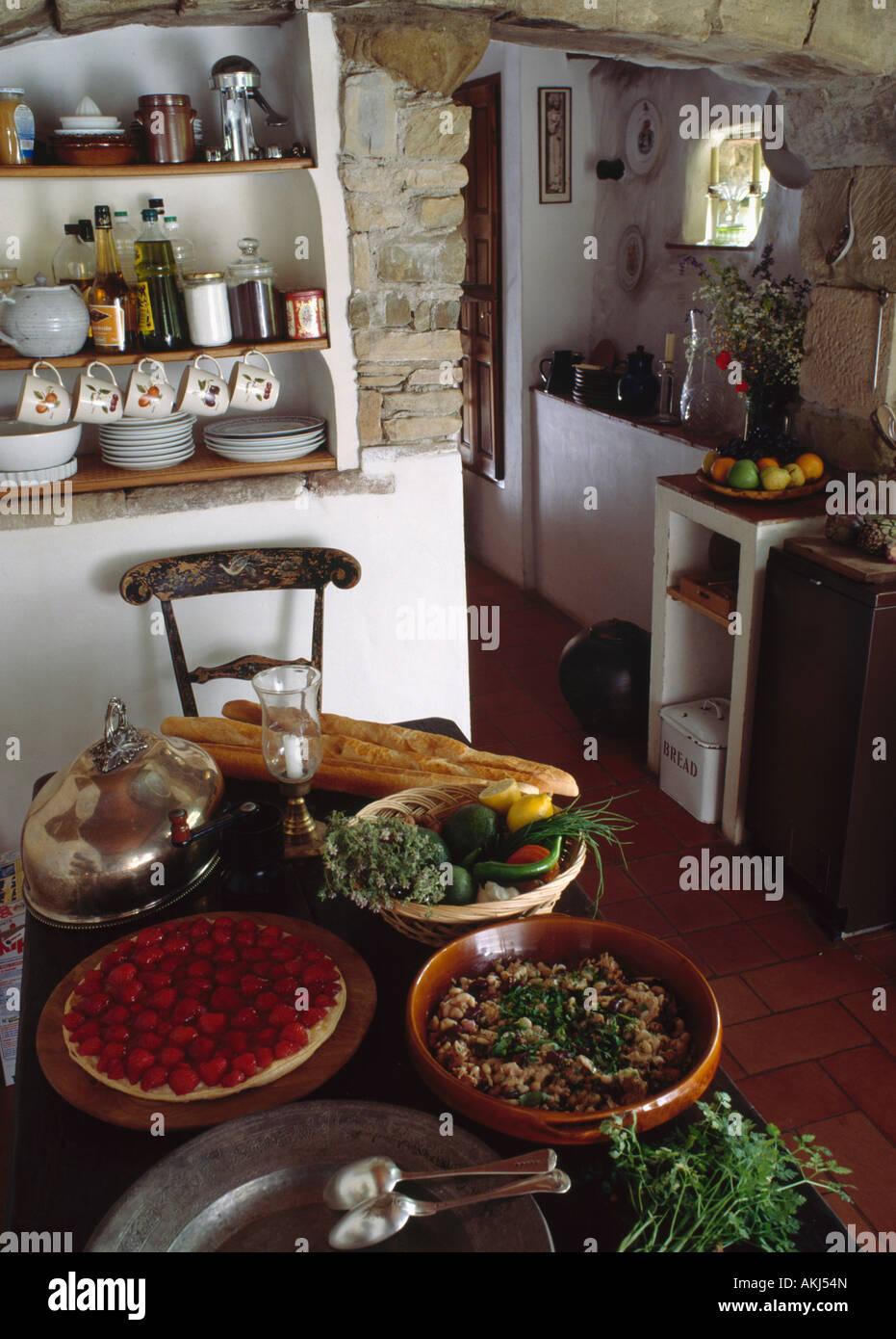 Comida en la mesa en la pequeña cabaña cocina Foto & Imagen De Stock ...