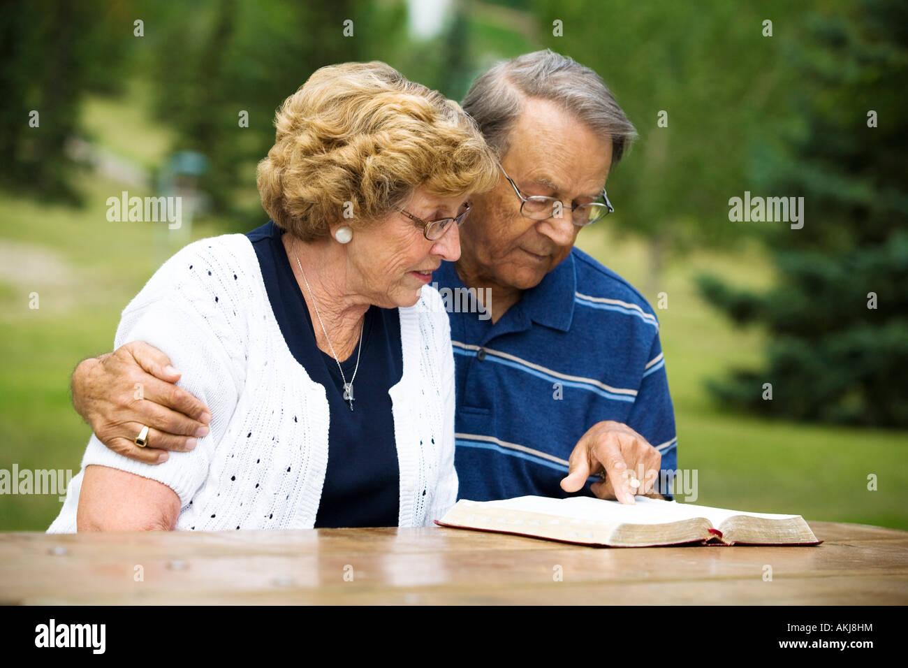 Matrimonio Leyendo La Biblia : Pareja leyendo la biblia senior foto imagen de stock