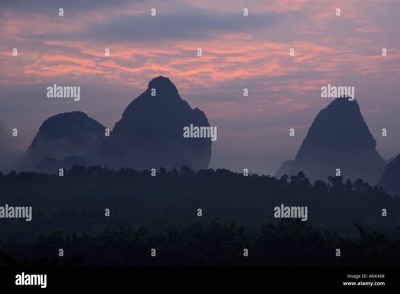 China, la provincia de Guangxi, Yangshuo County - picos de Karst en Río Li al amanecer. Foto de stock
