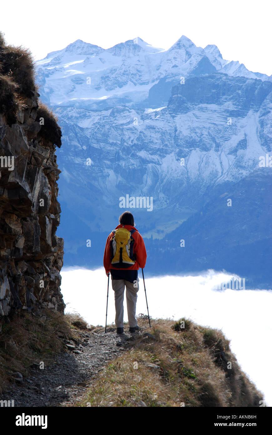 Senderismo en la mujer expuesta en la cresta Brienzer Rothorn, Berense Alpes Suiza Imagen De Stock
