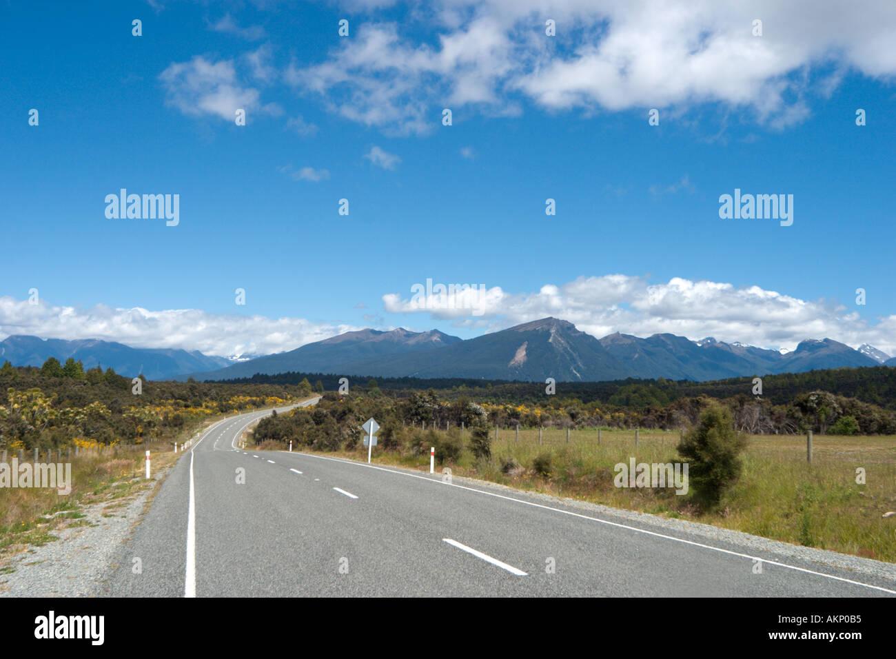 Abrir camino entre Milford Sound y Te Anau, Isla del Sur, Nueva Zelanda Foto de stock
