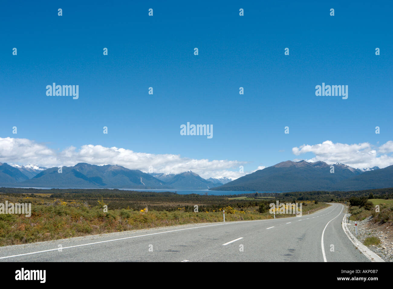 Abrir camino entre Milford Sound y Te Anau con vistas al Lago Te Anau, Isla del Sur, Nueva Zelanda Foto de stock