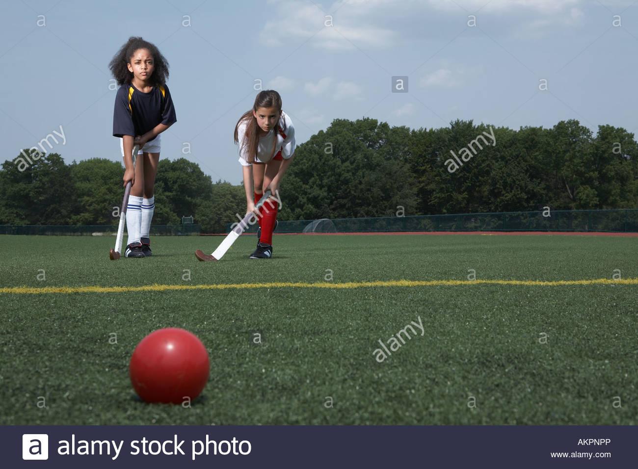 Dos niñas jugando al hockey Imagen De Stock