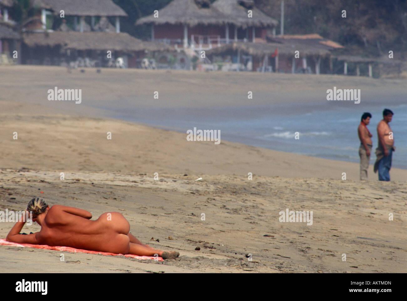 Mujer Desnuda Tomando El Sol En La Playa De Zipolite Puerto Angel