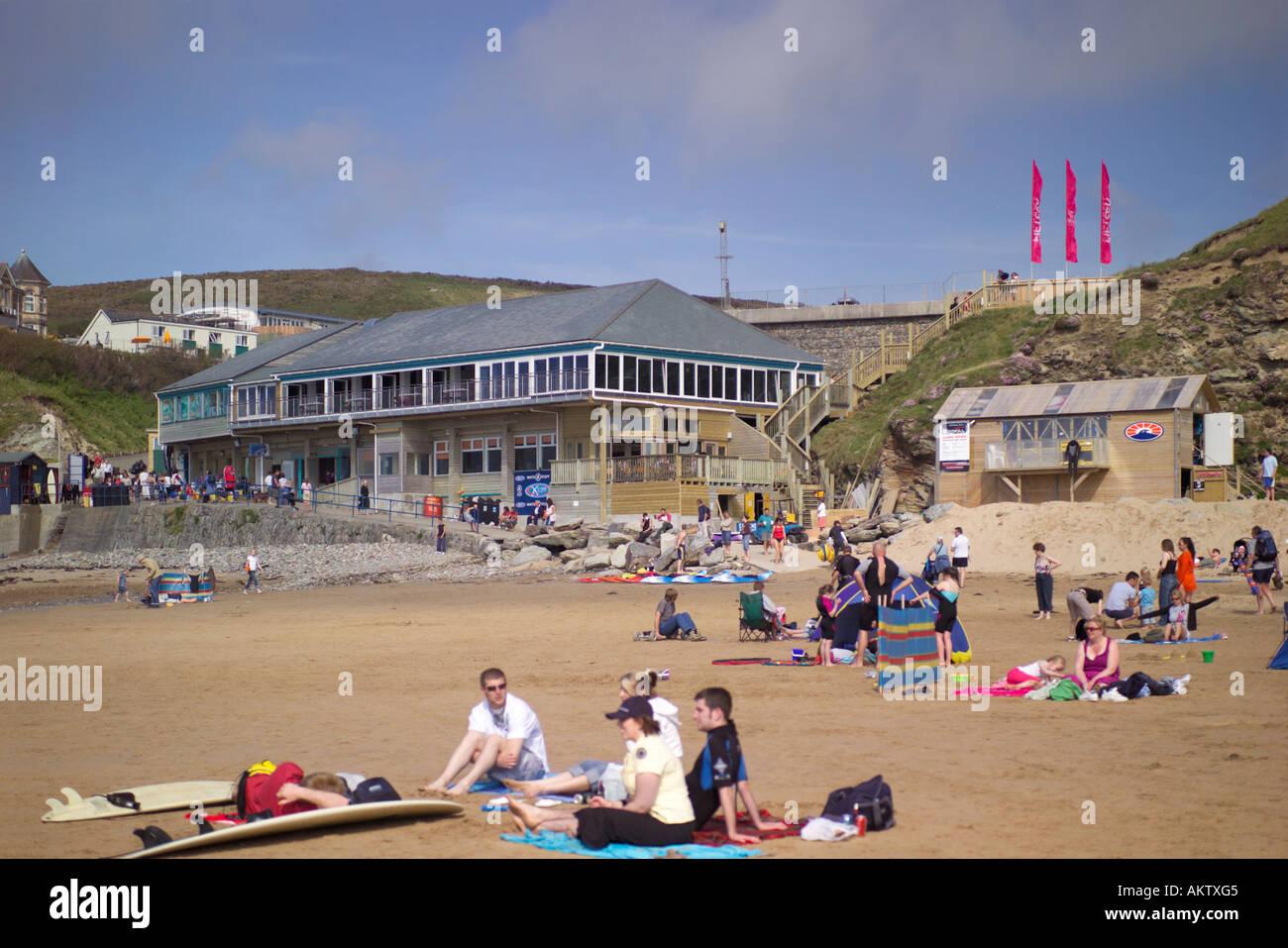Los turistas en Watergate Bay cerca de Newquay, con vistas a la playa es de Jamie Oliver's Restaurant 15 Cornualles, Foto de stock