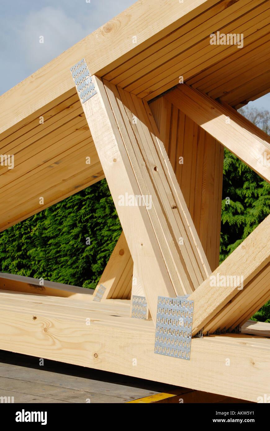 Vigas de techo de madera listos para usar en un sitio de construcción. Inglaterra, Reino Unido. Imagen De Stock