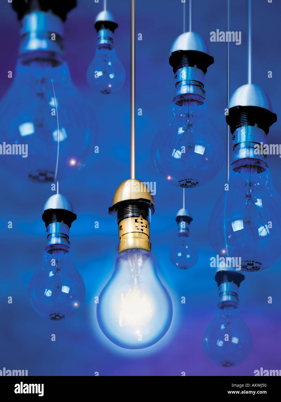 62dbd083a1b Las bombillas colgando del techo sólo un fondo azul encendido encendido  otros azul Imagen De Stock