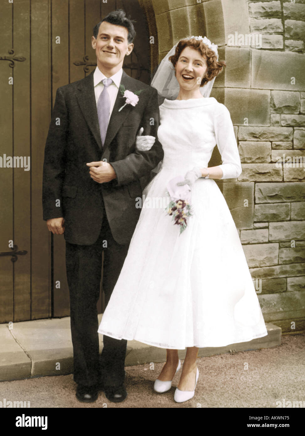 Pareja joven 1960 casarse en blanco y negro coloreado a mano foto Imagen De Stock