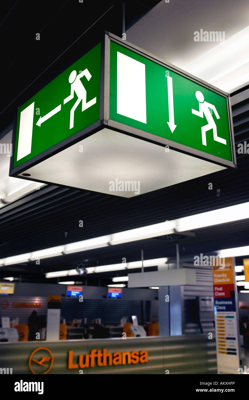 Señal de salida de emergencia, al aeropuerto de Frankfurt, Frankfurt, Hesse, Alemania Foto de stock