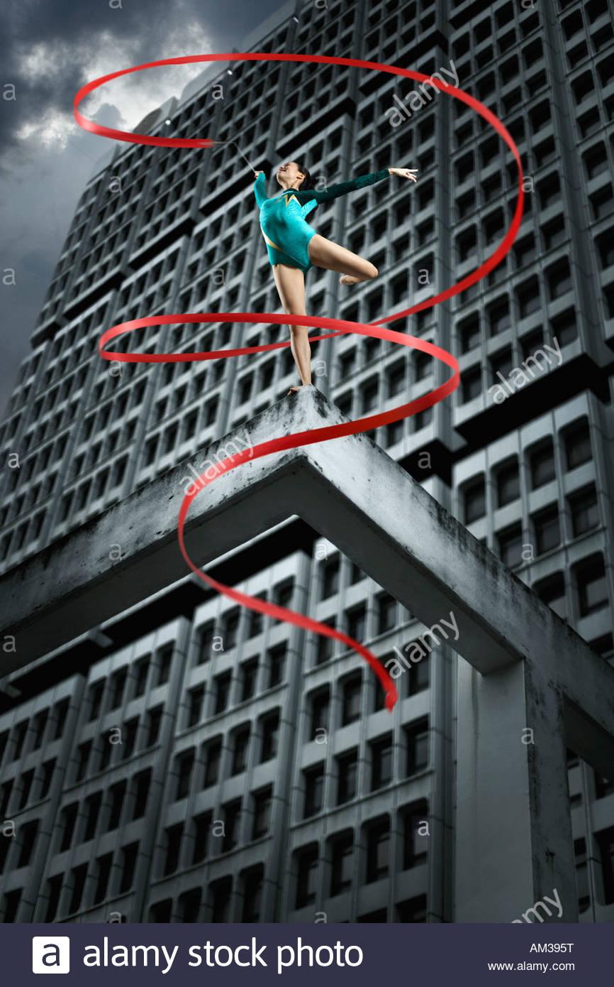 El gimnasta en la parte superior de la estructura con cinta Imagen De Stock