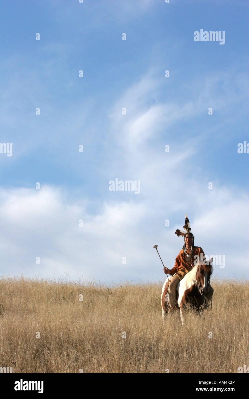 Un Indígena Nativo Americano hombre a caballo escultismo para enemigos o la  caza con fines alimentarios d0166c7615a3