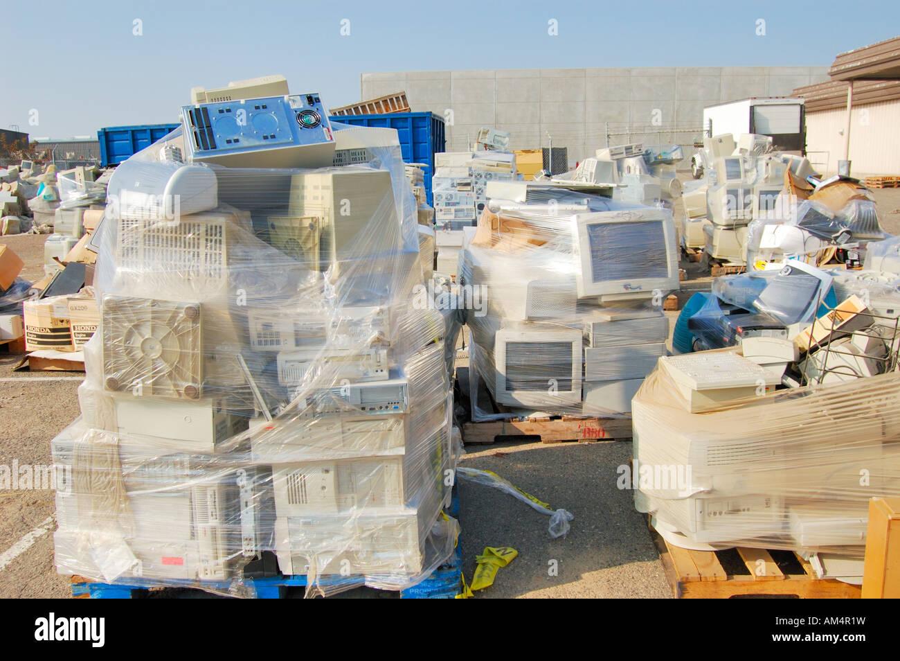 E residuos residuos electrónicos computadores usados en espera de eliminación en un almacén de la Imagen De Stock