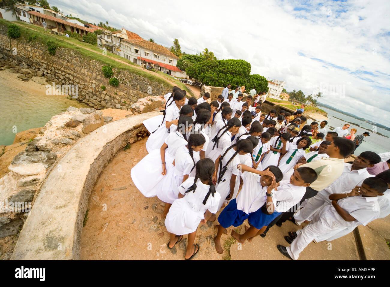 La clase de la escuela en un viaje de trabajo de campo sobre las murallas de uno de los bastiones de Galle Fort, en la costa sur de Sri Lanka. Marca Roca. Imagen De Stock