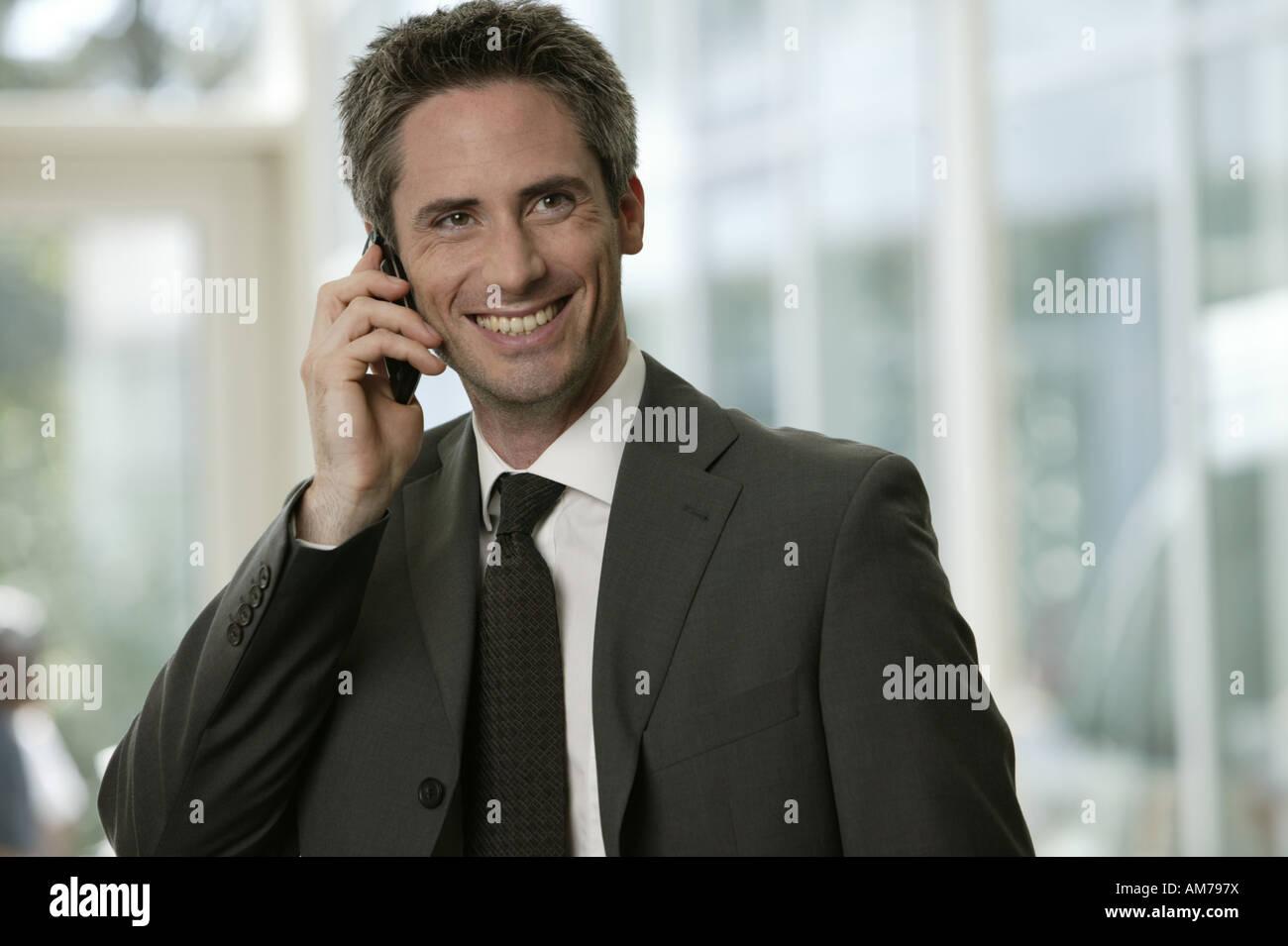 Hombre de negocios en el teléfono en el vestíbulo Foto de stock