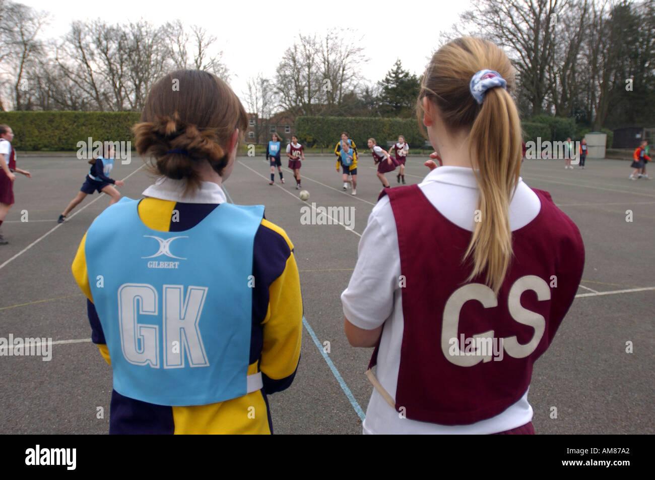 Las niñas jugando baloncesto en una escuela primaria en Inglaterra Imagen De Stock