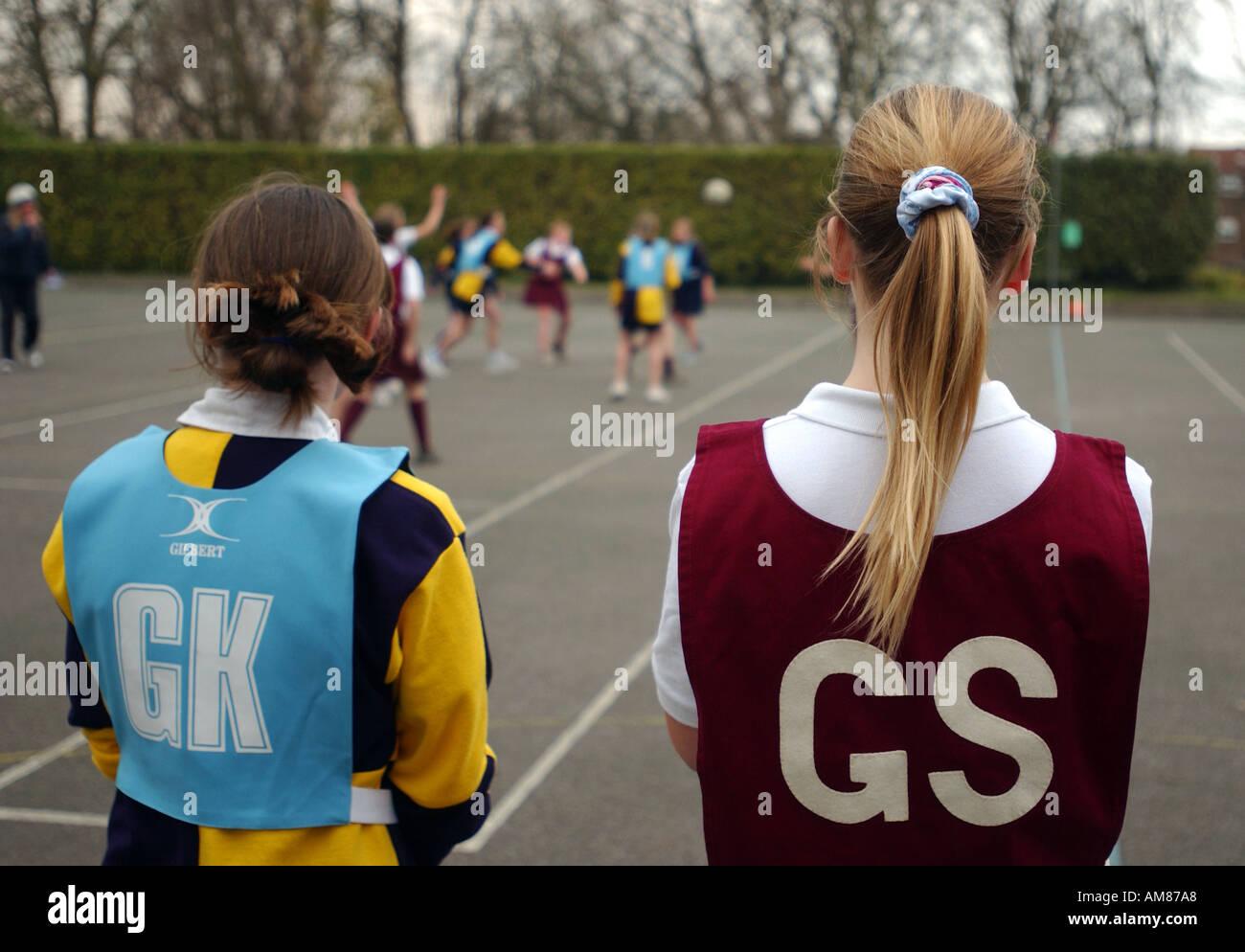 Las niñas jugando baloncesto en una escuela en Inglaterra Imagen De Stock