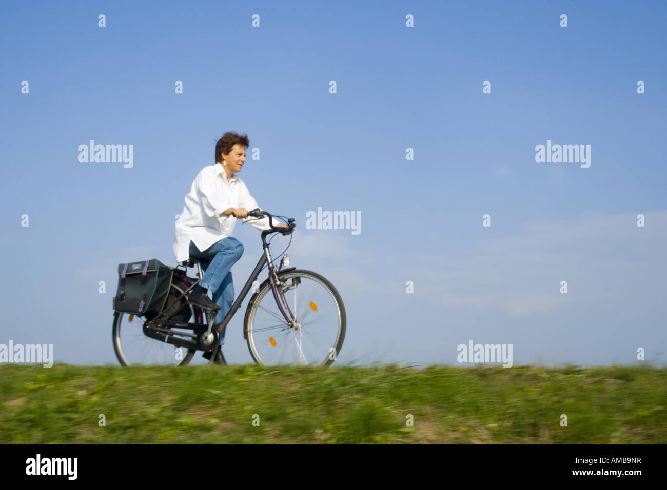 Anciana en bicicleta Imagen De Stock