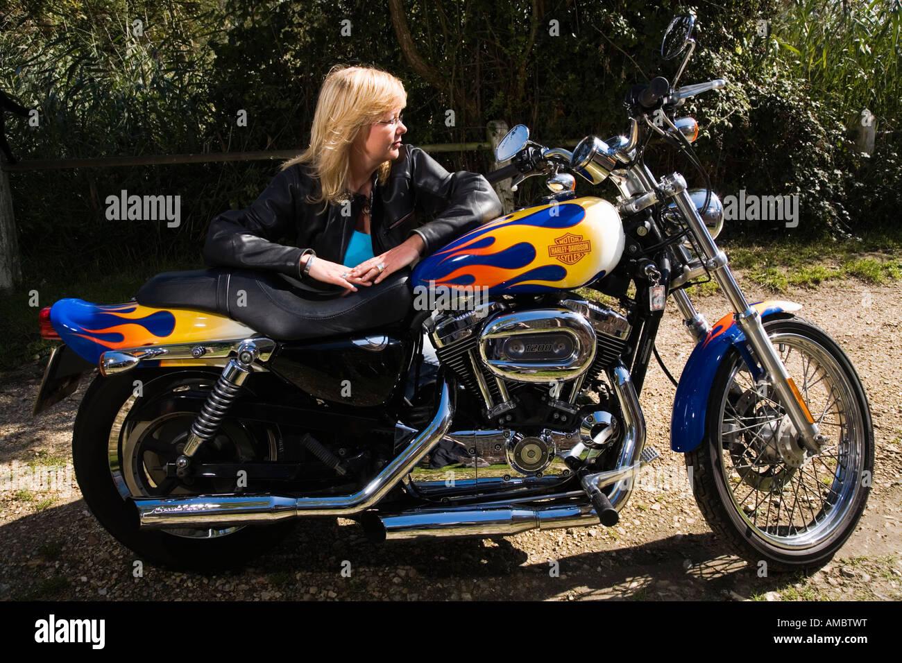 Mujer motorista con su moto Harley Davidson Foto & Imagen De Stock ...