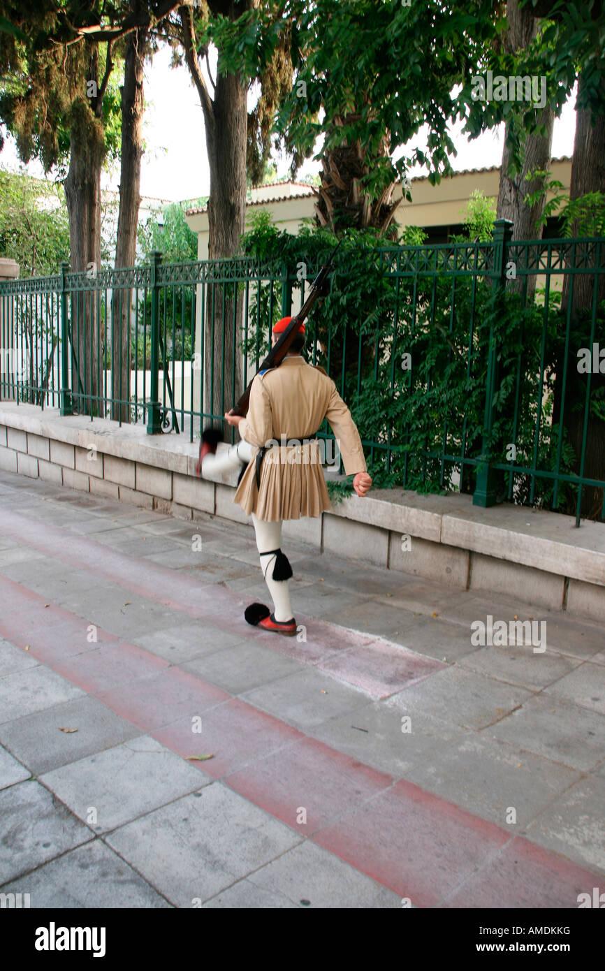 Guardia de honor tradicional griega tsolias caminando Foto de stock