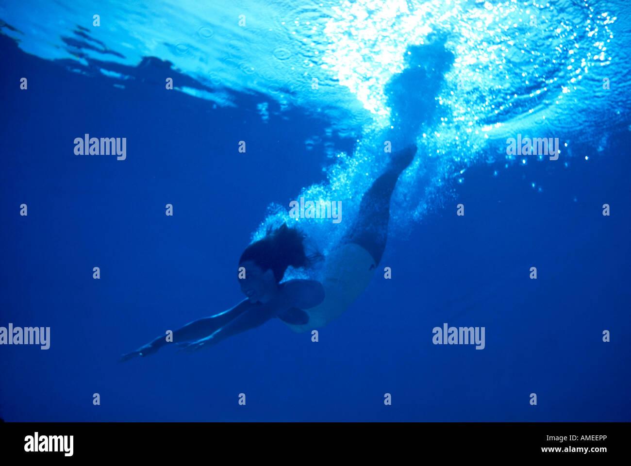 Chica submarino buceo en nube de burbujas. Imagen De Stock