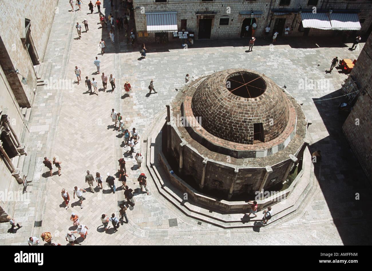 Gran Fuente de Onofrio tomadas de antiguas murallas de la ciudad, la costa Dálmata, Dubrovnik, Croacia Foto de stock