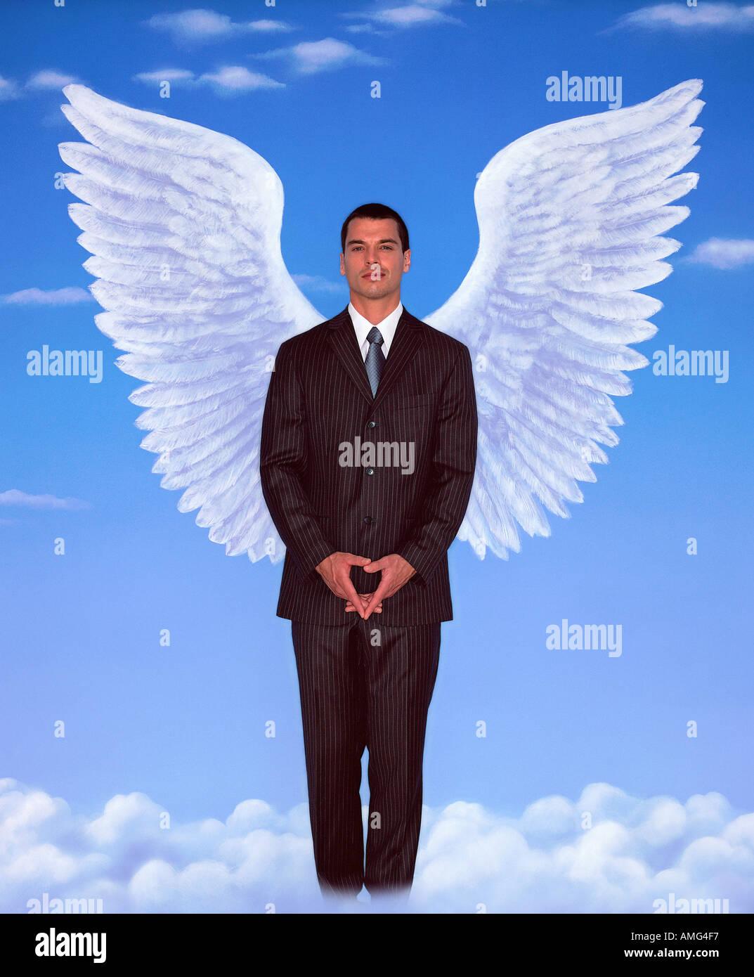 Un retrato del joven en un traje de negocios y alas contra el cielo azul Imagen De Stock
