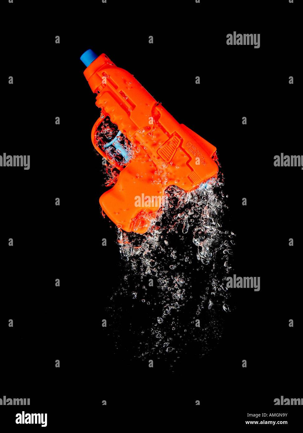 Pistola de agua moviéndose a través del agua con burbujas Imagen De Stock