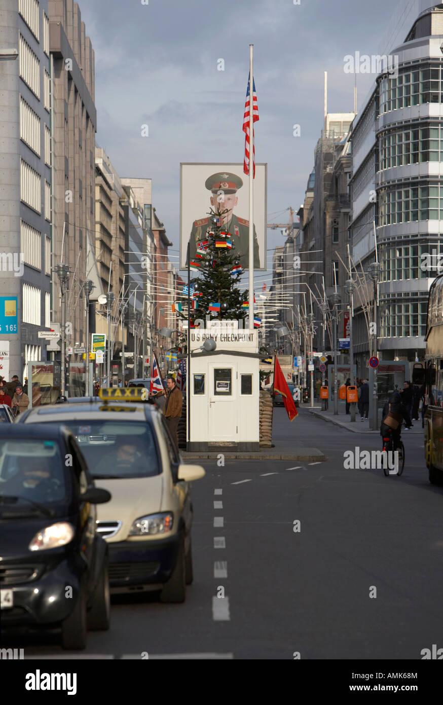 Checkpoint Charlie ersatz cabin reconstrucción en medio de la calle Friedrichstraße Berlín ALEMANIA Imagen De Stock