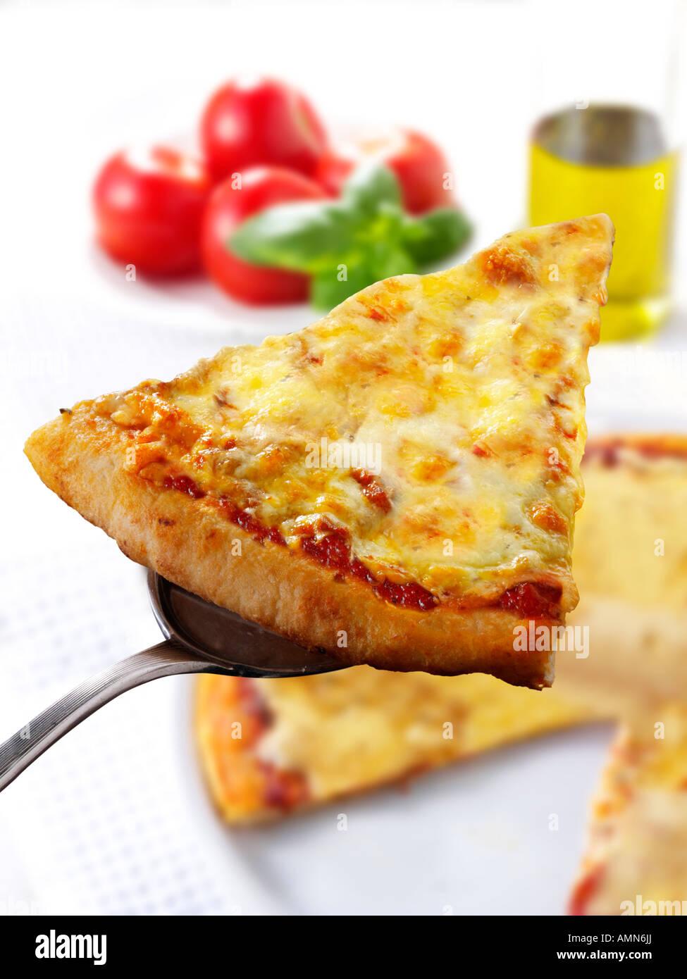 Rematado con slice de Pizza 3 quesos. Una pizza napolitana Margarita Foto de stock
