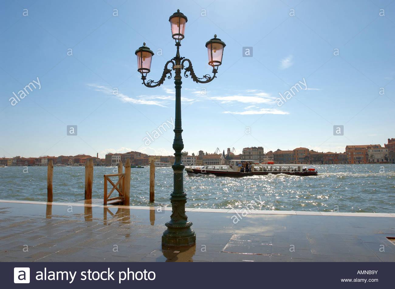 Venecia, Italia. Canale della Guidecca con el autobús acuático. Imagen De Stock