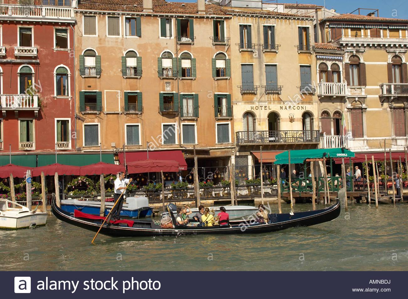 Puente Rialto Venecia Italia. Góndola con grand canal detrás. Imagen De Stock
