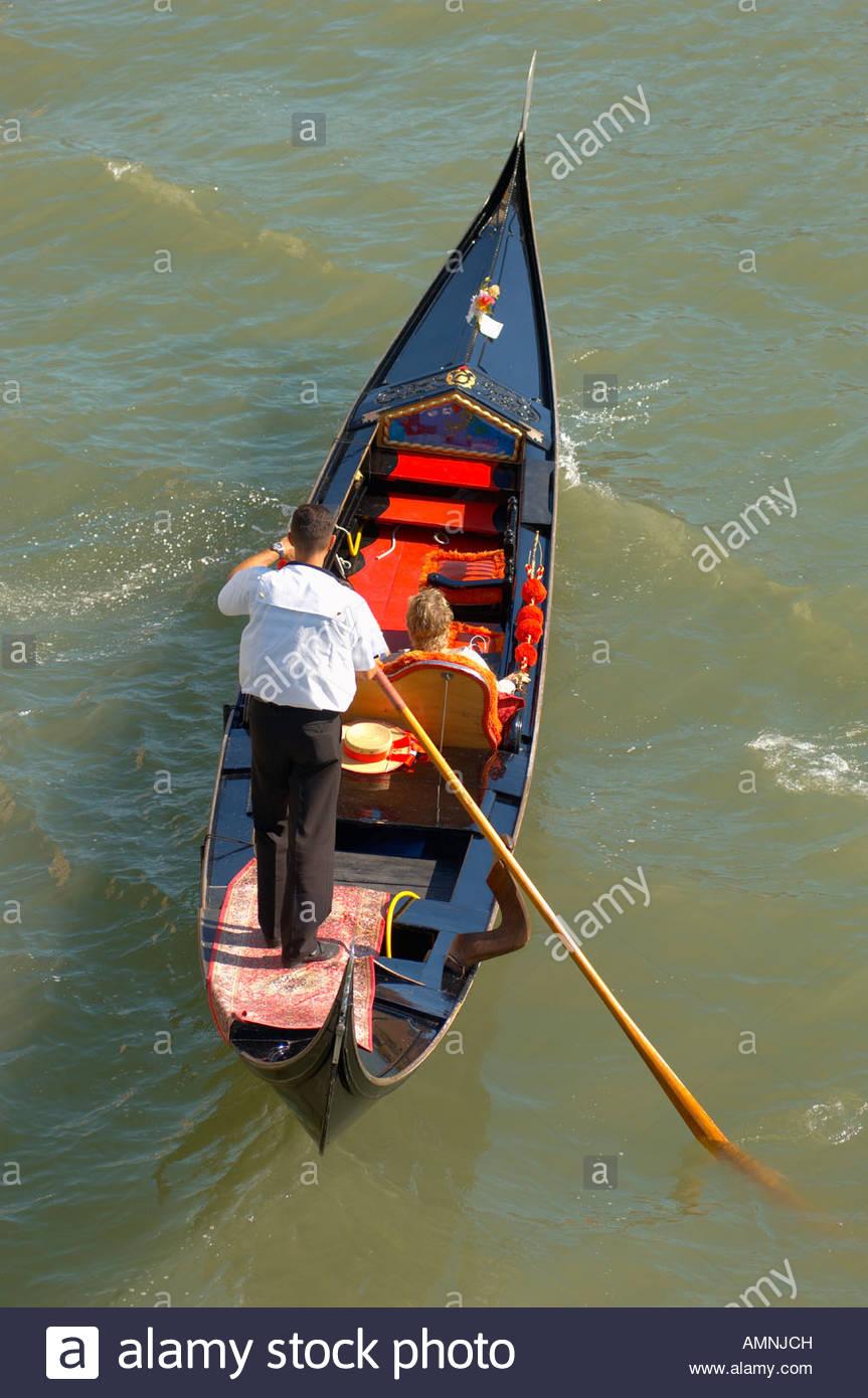 El Turista en una góndola por el Gran Canal con un romántico viaje de día, Venecia Italia Foto de stock