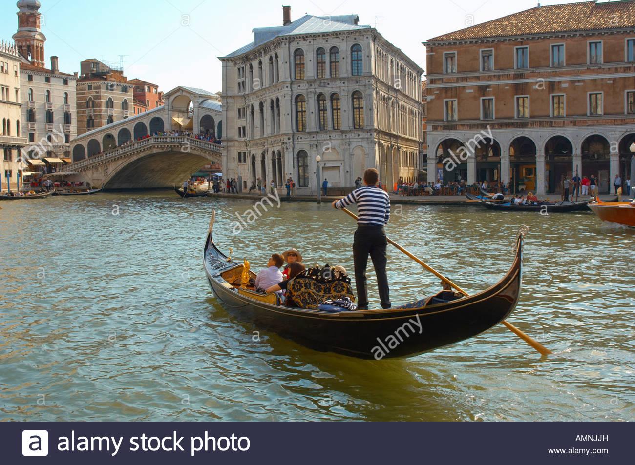 El Turista en una góndola por el Gran Canal con un romántico viaje de día, Venecia Italia Imagen De Stock