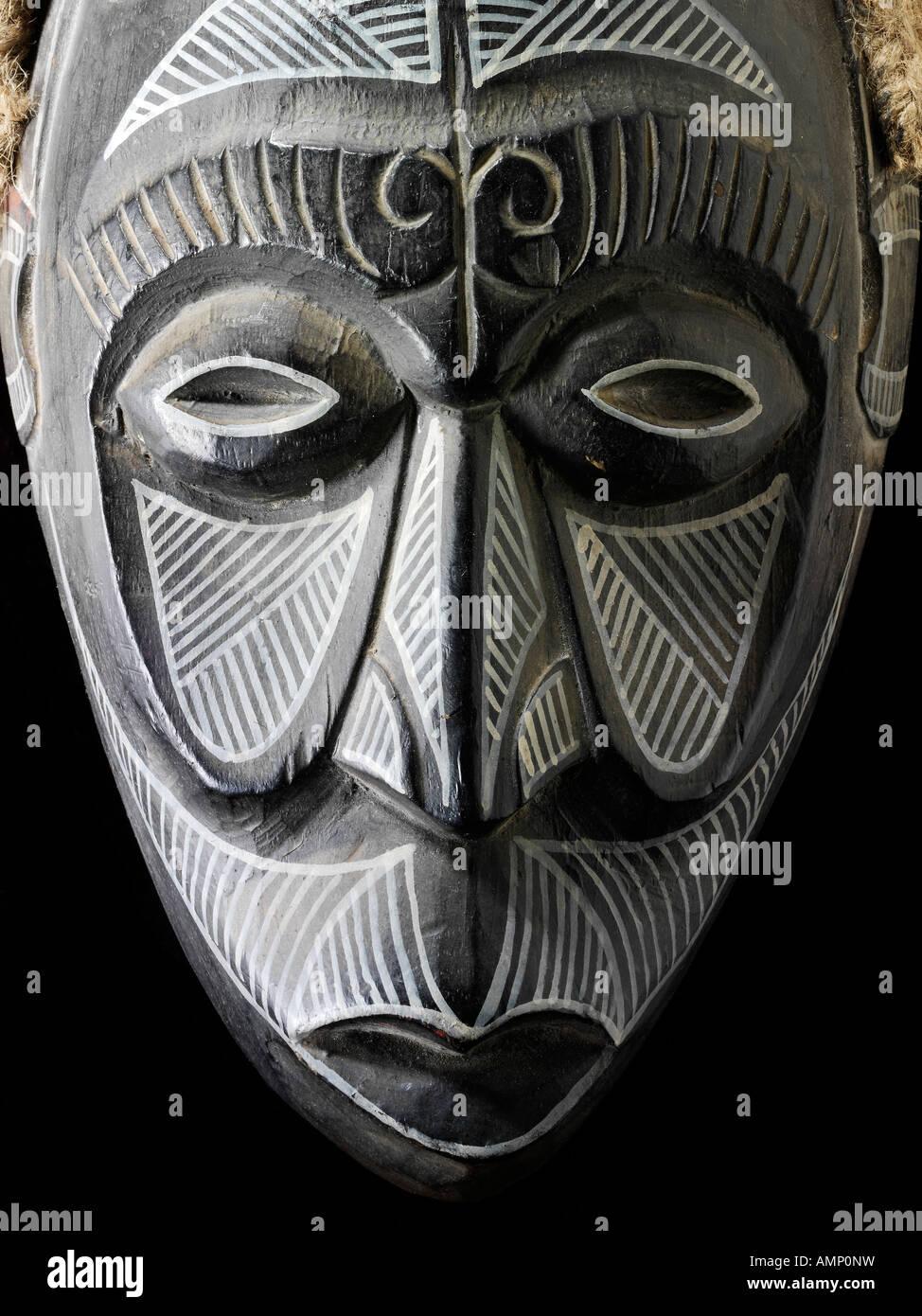 Máscara africana tradicional étnica. El arte y la artesanía. Imagen De Stock